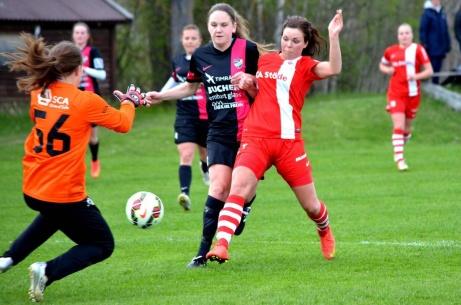 Stöde IP härbärgar även en duktigt damlag. Här är Anna Edin i Stöde IF framme och oroar IFK Timrås målvakt i en division 2-match för några år sedan. Foto: Stöde IF.