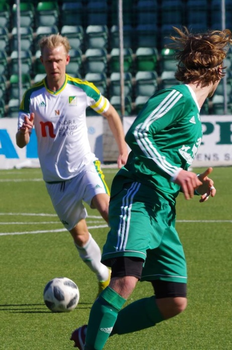 Luckstas Oliver Widahl avancerar i planen. Foto: Pia Skogman, Lokalfotbollen.nu.