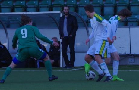 Eric Backlund och Anton Jonsson kan inte riktigt bestämma sig vem som ska ta hand om bollen. Alsens Filip Englund följer händelseutvecklingen. Foto: Pia Skogman, Lokalfotbollen.nu.
