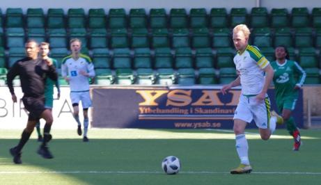 Gissa vem? Men har man mycket boll hamnar man ofta på bild. Eller hur, Oliver Widahl? Foto: Pia Skogman, Lokalfotbollen.nu.