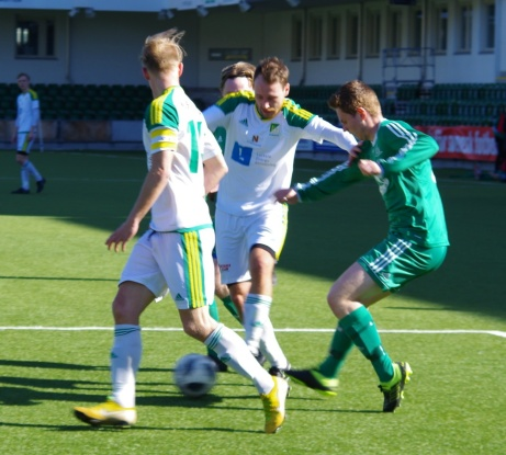 """Trångt läge för anton Jonsson. """"Linslusen"""" Oliver Widahl i förgrunden. Foto: Pia Skogman, Lokalfotbollen.nu."""