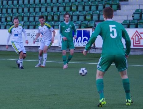 Till vänster på bilden Luckstas Felix Drewsen och Anton Jonsson. Alsens #5 är Isak Wallén. Foto: Pia Skogman, Lokalfotbollen.nu.