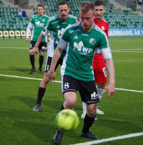 Jesper Gulliksson täcker bollen vid sidlinjen med Ali Kanso Mahmoud i ryggen. Foto: Pia Skogman, Lokalfotbollen.nu.