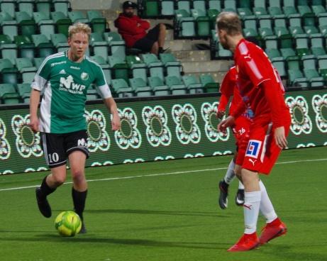 Gästernas Daniel Wallsten utmanar Jonas Nordström. Foto: Pia Skogman, Lokalfotbollen.nu.