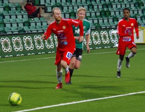 Ovanstående duell vanns av Jonas Norström som bröt till en resultatlös hörna. Foto: Pia Skogman, Lokalfotbollen.nu.