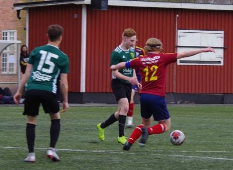 Jocke Hamrin på benen igen och kampar här mot Selångers lagkapten Anton Nyberg. Sam Slade (#05) avvaktar situationen. Foto: Pia Skogman. Lokalfotbollen.nu.