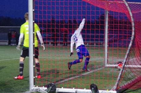 ...och där var den över mållinjen. Foto: Pia Skogman, Lokalfotbollen.nu.