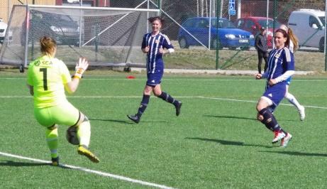 Jenny Nordenberg placerar in 3-0 förbi Timråkeepern Malin Pettersson under överinseende av offensive högerbacken Marielle Bergman. Foto: Lokalfotbollen.nu.