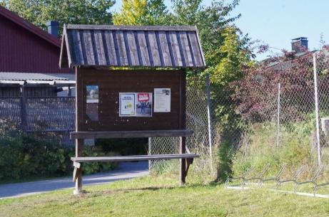 Anslagstavla med sittplats utanför publikentrén på Svartviks IP. Foto: Pia Skogman, Lokalfotbollen.nu.