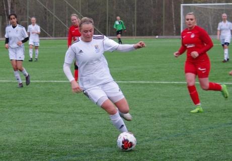 Selångers Tilda Wärulf är på väg att driva igenom. Stödes Erica Hultin bakom Tilda och till höger på bilden Frida Åsell. Foto: Pia Skogman, Lokalfotbollen.nu.