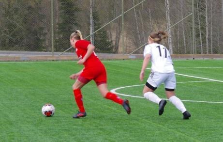 Tilda Högbom på språng men jagas febrilt av Linnéa Söderberg. Foto: Pia Skogman, Lokalfotbollen.nu.