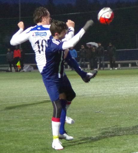 Johan Hallström stöter in 6-1 på hörna där han använder hela kroppen i duellen med KIF-försvararen Dennis Eriksson-Wörlin. Foto: Pia Skogman, Lokalfotbollen.nu.