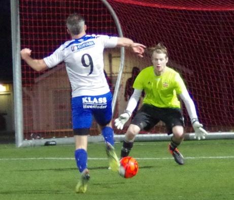 """Tvåmålsskytten Olle Nordberg jagade ett hattrick på slutet men nekades av """"Challe"""" Mercheant i KIF-målet. Foto: Pia Skogman, Lokalfotbollen.nu."""