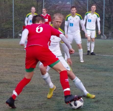 Emil Ödlund och Oliver Widahl i kamp om bollen. Foto: Pia Skogman, Lokalfotbollen.nu.