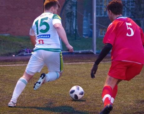 Dennis Moberg försöker ta sig förbi Filip Ahlenius..Foto: Pia Skogman, Lokalfotbollen.nu.