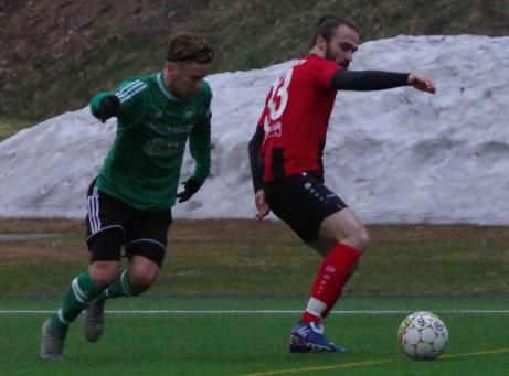 Medskogs Markus Haldo i duell med Söråkers dribbler Faton Buzuku ute vid långlinjen. Foto: Pia Skogman, Lokalfotbollen.nu.