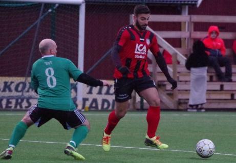 Andreas Aronsson försöker hänga med Khalil Masris ryck in i straffområdet. Foto: Pia Skogman, Lokalfotbollen.nu.