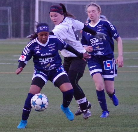 SDFF:s Merwa Idris Ahmed kampar med Fränstas Nora Persson. Tuva Persson till höger avvaktar. Foto: Pia Skogman, Lokalfotbollen.nu.
