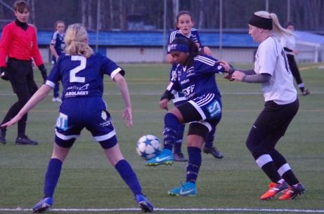 SDFF:s Merwa Idris Ahmed i mitten och Tuva Persson den här gången med ryggen emot till vänster. Till höger Fränstas Jenny Israelsson. Foto: Pia Skogman, Lokalfotbollen.nu.