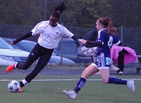 Fränstas 14-åriga talang Carine Rugumaho, från 2020 i IFK Timrå,   utmanar  hemmalagets Klaudija Asanovic. Foto: Pia Skogman, Lokalfotbollen.nu.