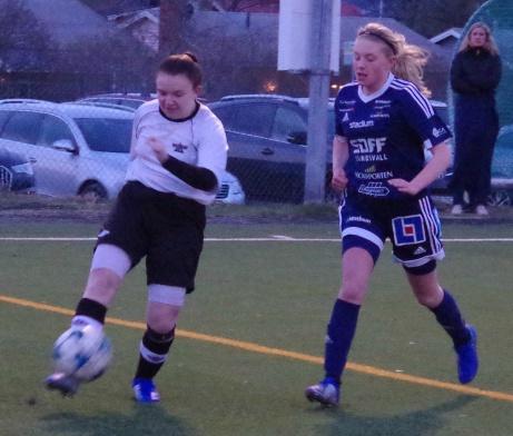 Här är det Elin Mattssons tur att slå ett högerinlägg. Tuva Persson försöker jaga ikapp. Foto: Pia Skogman, Lokalfotbollen.nu.