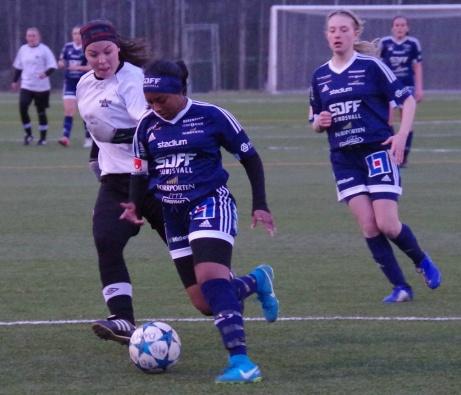 Merwa Idris Ahmed försöker rycka ifrån Nora Persson.