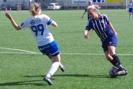 Kovlands Amanda Sevefjord utmanar Timrås #9Desirée Öberg. Jonna Wistrand följer händelseutvecklingen på avstånd.Foto: Pia Skogman, Lokalfotbollen.nu.