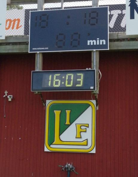 Pia zoomade in matchuret och Lucksta IF:s klubbmärke strax efter klockan 16. Foto: Pia Skogman, Lokalfotbollen.nu.
