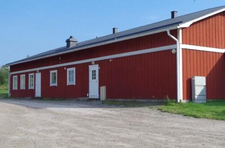 Sörforsvallens pampiga byggnad som innehåller omklädningsrum, servering/kiosk. klubbrum och speakerhytt. Foto: Pia Skogman, Lokalfotbollen.nu.