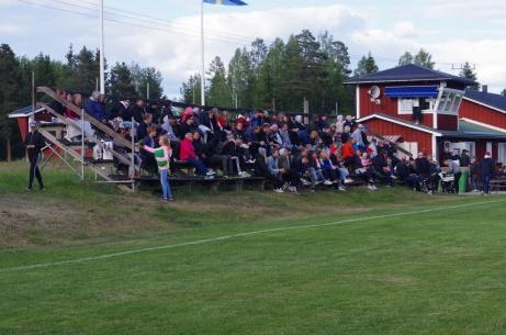 """Läktaren var lite mer välfylld under """"El Fantastico"""" mot Matfors 2018. Foto: Pia Skogman, Lokalfotbollen.nu."""
