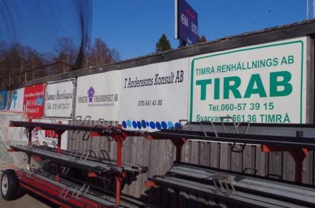 Bandysarg och reklamskyltar vid planket mot sjumannaplanen. Foto: Pia Skogman, Lokalfotbollen.nu.