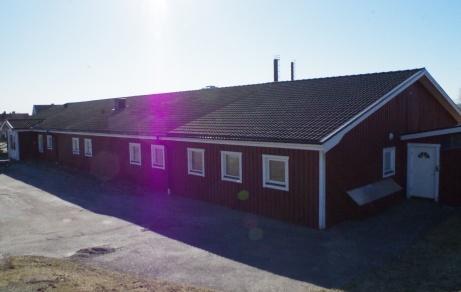 Grusplanen delar omklädningsbyggnad med konstgräsanläggningen. Foto: Pia Skogman, Lokalfotbollen.nu.