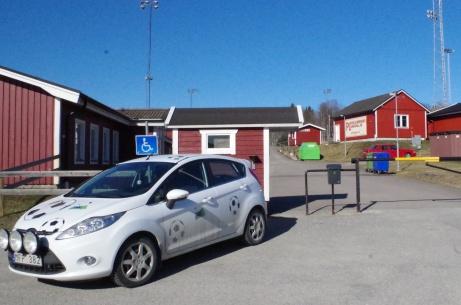 """Lokalfotbollens ettriga """"Fårrd"""" har """"parkat"""" framför entrén på Söråkers IP. På handikapp-parkeringen... Foto: Pia Skogman, Lokalfotbollen.nu."""