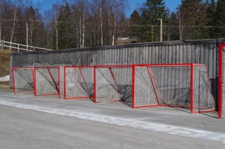 Fler bandymål av ungdomsstorlek. Det stora bandymålet kom inte med på bild. Foto: Pia Skogman, Lokalfotbollen.nu.