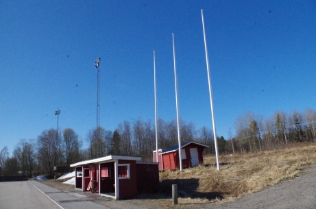 Framme vid avbytarbåsen och trion flaggstänger. Foto: Pia Skogman, Lokalfotbollen.nu.