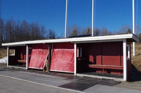 Närbild på avbytarbåsen med materialansamling i mitten. Foto: Pia Skogman, Lokalfotbollen.nu.