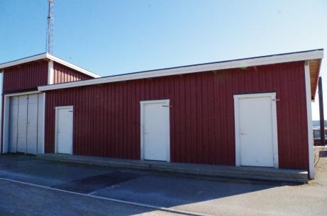 Garage för ismaskin till vänster och i övrigt fungerar byggnaden som värmestuga under bandysäsongen. Foto: Pia Skogman, Lokalfotbollen.nu.