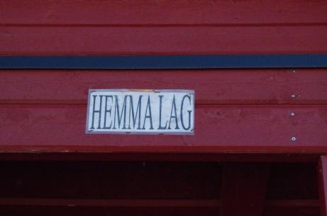 Utvisningsbåsen borta- respektive hemmalag. Känner ett par bandylirare som tillbringat många timmar i dessa bås... Foto: Pia Skogman, Lokalfotbollen.nu.