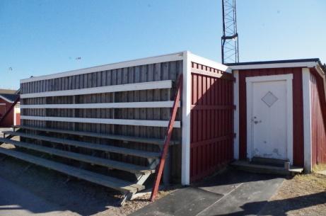 Till vänster om kulverten finns bortalagets (?) läktare. Foto: Pia Skogman, Lokalfotbollen.nu.