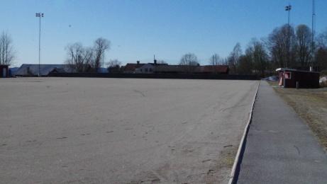 Utsikt från nästa hörnflagga efter en promenad längs den södra kortlinjen. Till höger avbytarbåsen. Foto: Pia Skogman, Lokalfotbollen.nu.