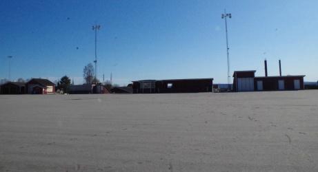 På andra sidan syns sekretariatet, läktarna och värmestugan. Foto: Pia Skogman, Lokalfotbollen.nu.