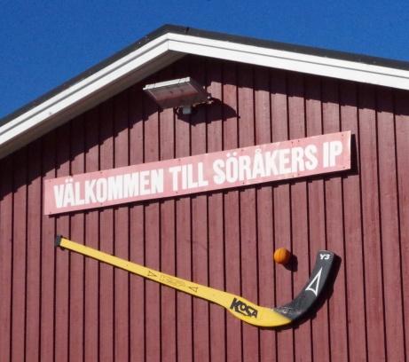 """Innan konstgräsets tillkomst för ett par år sedan spelade Söråker både träningsmatcher och tidiga seriematcher här uppe på """"Lötas"""" tungsprungna bandyplan. Foto: Pia Skogman, Lokalfotbollen.nu."""