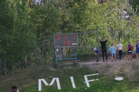 """Matchuret uppe på kullen och """"Brukets Blås# unga hejarklack! Foto: Pia Skogman, Lokalfotbollen.nu."""