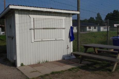 """Kiosken vid entrén med fikabord. I bakgrunden A-planens omklädningsrum som även används av """"Lilla Wembleys"""" aktörer. Foto: Pia Skogman, Lokalfotbollen.nu."""