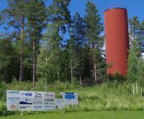 ...med det märkliga byggnadsverket till höger. Vad det är? Ingen aaaaaning, men den har stått där så länge jag besökt Torpshammars IP: Skuille jag gissa så är det en typ av vattentorn? Foto: Pia Skogman, Lokalfotbollen.nu.