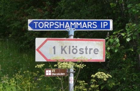 Bra skyltat till Torpshammars IP. Först svänger man vänster - om man kommer från centrum.. Foto: Pia Skogman, Lokalfotbollen.nu.