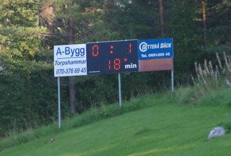 Det digitala matchuret i slänten visar bortaledning.. Det ordnade sig till viss del då Torp fick med sig poäng efter utjämning mot Kovland 2018. Foto: Pia Skogman, Lokalfotbollen.nu.