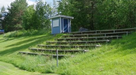 """Speakerhytten igen, med en """"skäggig"""" huvudläktare. Foto: Pia Skogman, Lokalfotbollen.nu."""