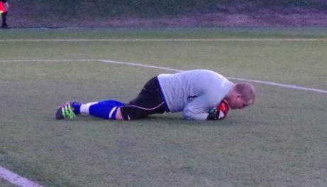 Duktige Wiskanmålvakten Simon Eriksson har bollen i ett säkert förvar. Foto: Pia Skogman, Lokalfotbollen.nu.
