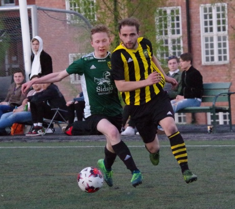 Ovanstående duell fortsätter. Foto: Pia Skogman. Lokalfotbollen.nu.